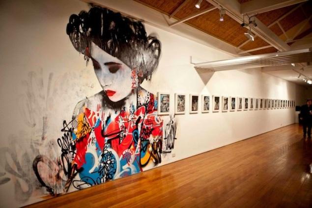 Hush ; Geleneksel sanatına, galerideki duvar resmini ekleyerek çağdaş sanat formu ile buluşturuyor; Metro Gallery  Melbourne, Australia