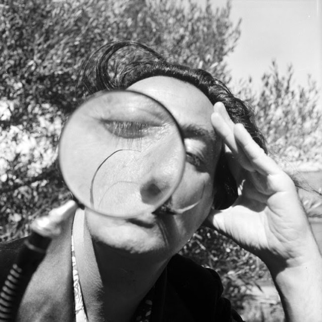 """""""Dali, kameraya büyüteçten bakıyor."""" / 1955"""