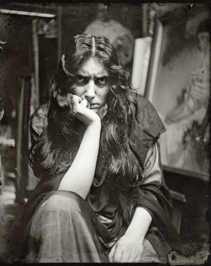 Aktrist Reichi, Mucha atölyesinde poz veriyor.Paris 1908